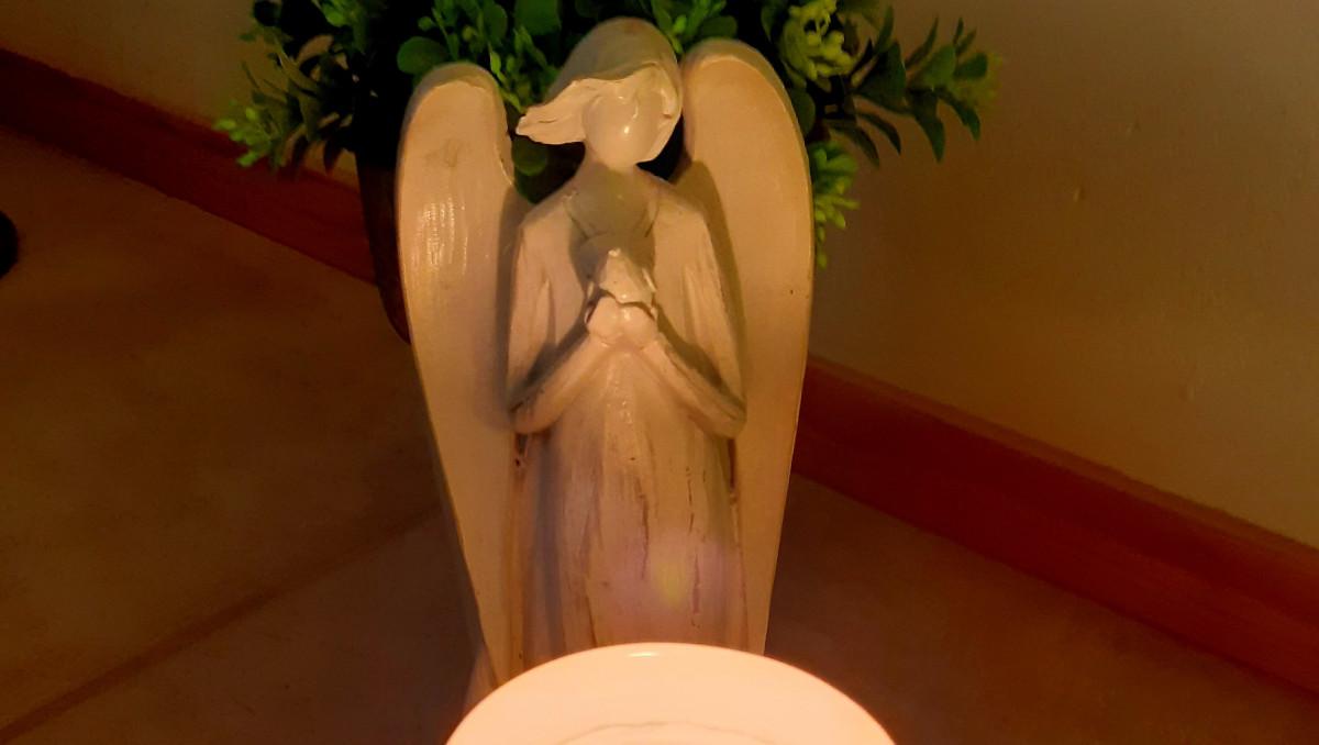 Rukoileva enkeli-patsas